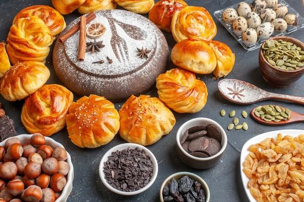 어두운 표면에 견과류와 건포도와 전면보기 맛있는 달콤한 빵