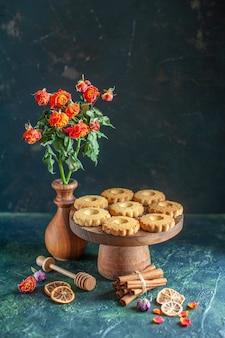 Vista frontale gustosi biscotti dolci su superficie scura