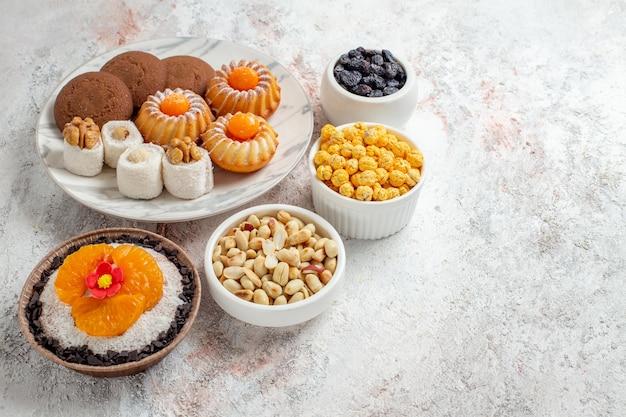 ホワイト スペースにナッツと正面のおいしい甘いクッキー