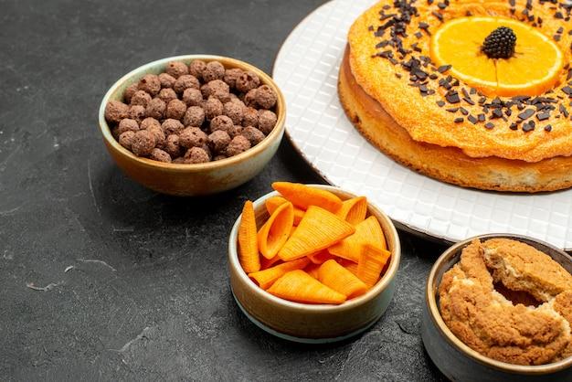 전면 보기 짙은 회색 책상에 오렌지 조각이 있는 맛있는 달콤한 파이 달콤한 파이 디저트 차 비스킷