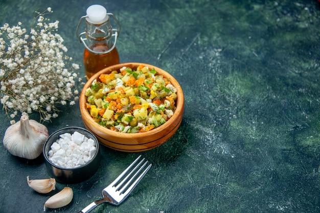 Вид спереди вкусный овощной салат на темном фоне