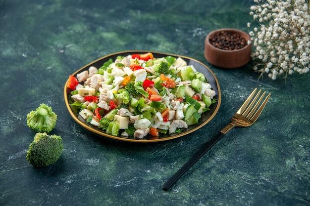 Vista frontale gustosa insalata di verdure con formaggio su sfondo scuro