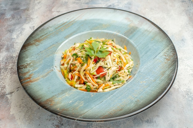 正面図明るい背景色の食事熟した健康的な生活ダイエット写真食品のプレートの内側にスライスした鶏肉とおいしい野菜サラダ