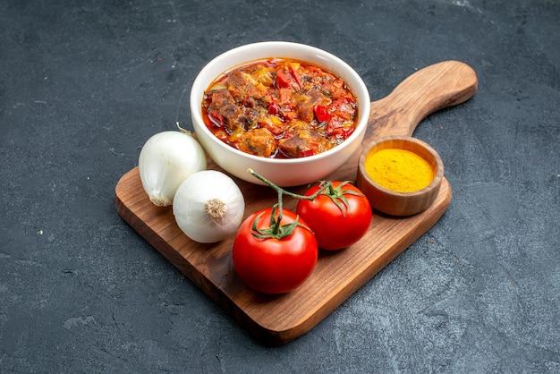 灰色の空間に新鮮な野菜と正面のおいしい野菜スープ