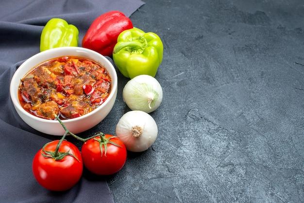 회색 공간에 신선한 야채와 함께 전면보기 맛있는 야채 수프