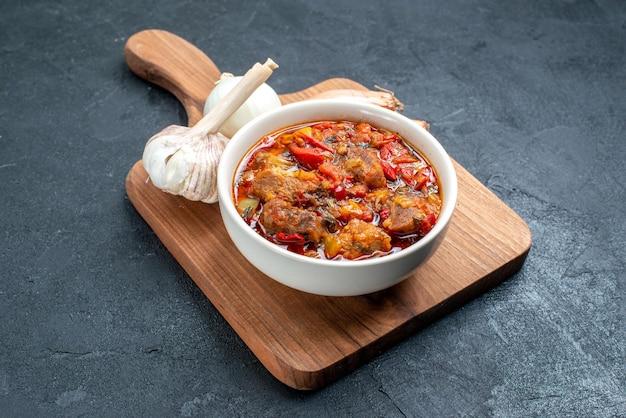 灰色のスペースに肉と正面のおいしい野菜スープ