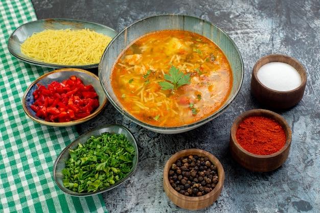 正面図ライトグレーの背景に調味料を入れたおいしい春雨スープポテトフード生地料理パスタソース写真