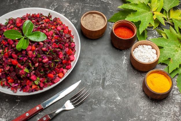 Вид спереди вкусный винегрет свекольный салат с приправами на темном фоне