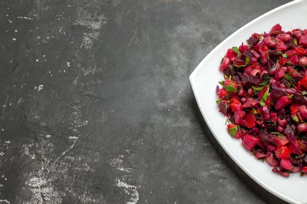 회색 배경에 사탕무와 콩 전면보기 맛있는 비네 그레트 샐러드