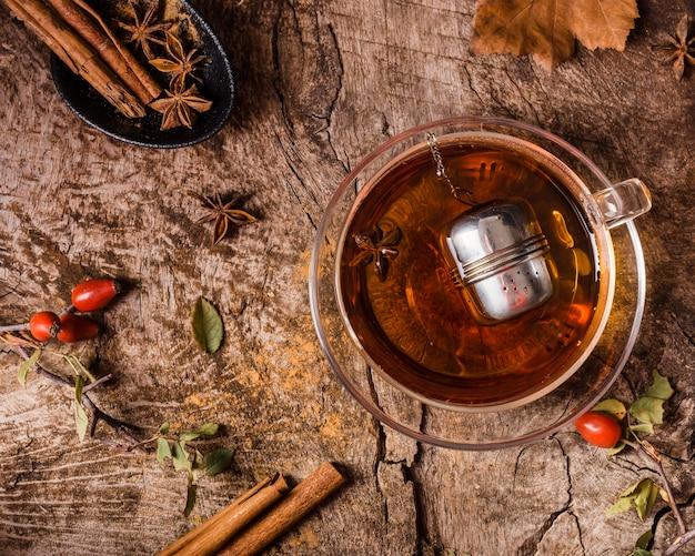 Чай в стакане с корицей, вид спереди