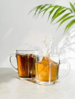 Вид спереди на брызги чая