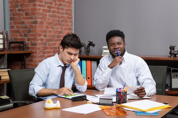 Vista frontale dei colleghi del processo di lavoro di squadra che hanno trattative commerciali