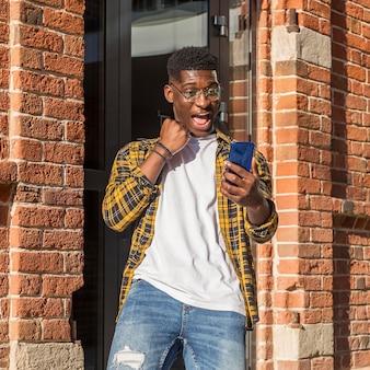 Вид спереди мальчик-подросток, имеющий видеозвонок