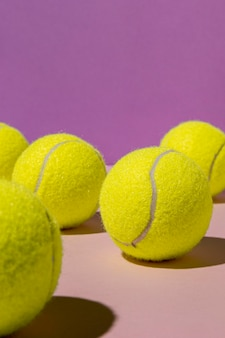 Vista frontale di palline da tennis con copia spazio
