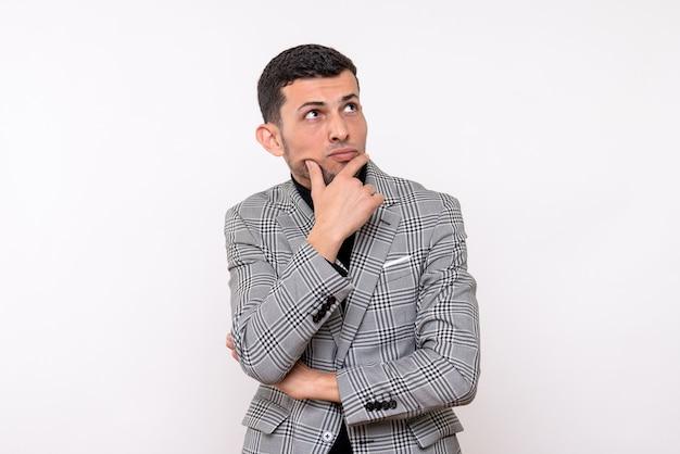 Vista frontale pensando bel maschio in tuta in piedi su sfondo bianco