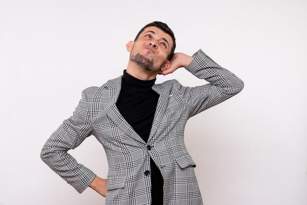 Vista frontale premuroso bel maschio in tuta in piedi su sfondo bianco