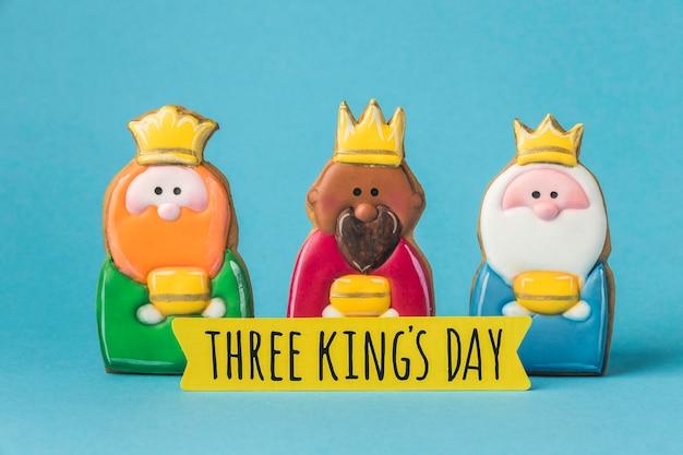 Vista frontale di tre re con corone per il giorno dell'epifania