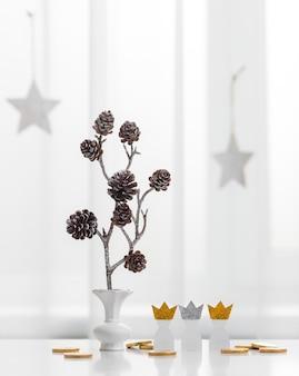Vista frontale di tre re di carta con pigne per il giorno dell'epifania