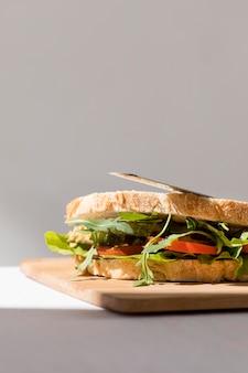 Vista frontale del panino tostato con pomodori e copia spazio