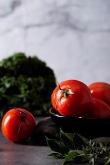 Pomodori di vista frontale in ciotola