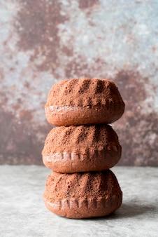 Torre di vista frontale di torte al cioccolato