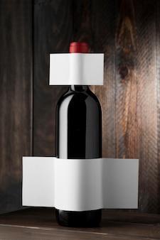 Vista frontale della bottiglia di vino trasparente con etichetta vuota