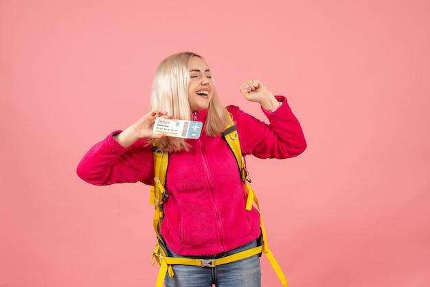 Вид спереди путешественница женщина в повседневной одежде в рюкзаке с билетом