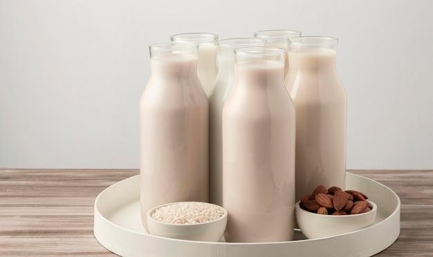Vista frontale del vassoio con diversi tipi di bottiglie di latte