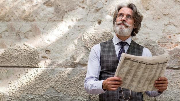 Вид спереди модный бородатый мужчина смотрит в сторону
