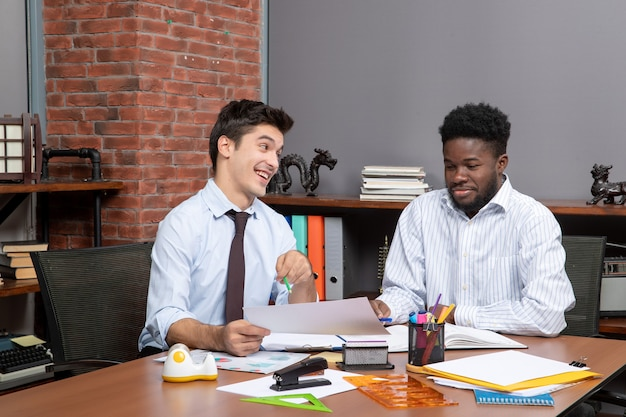 Вид спереди двух деловых людей, ведущих переговоры о бизнесе