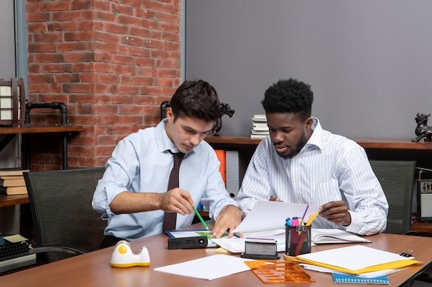 一緒に働くフォーマルウェアの2人のエグゼクティブビジネスマンの正面図