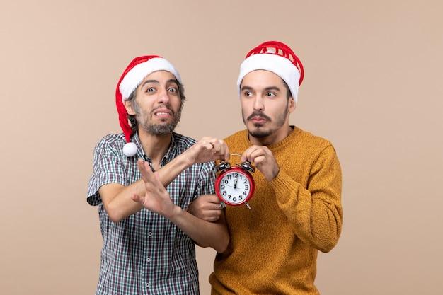 Vista frontale due uomini entrambi in possesso di orologio rosso su sfondo isolato