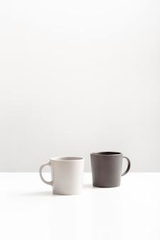 Vista frontale di due tazze con copia spazio