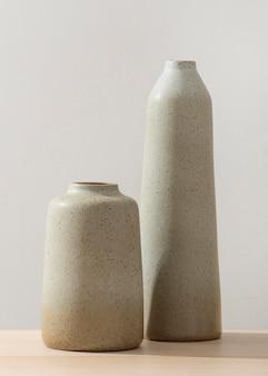 Vista frontale di due vasi