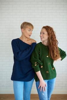 Vista frontale di due giovani donne che parlano