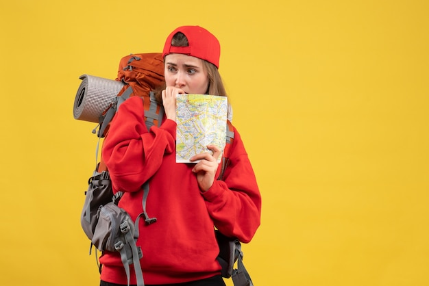 Расстроенная женщина-путешественница с рюкзаком и картой путешествий, вид спереди