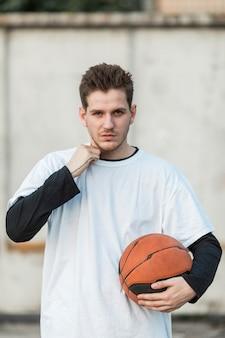 Вид спереди городского баскетболиста