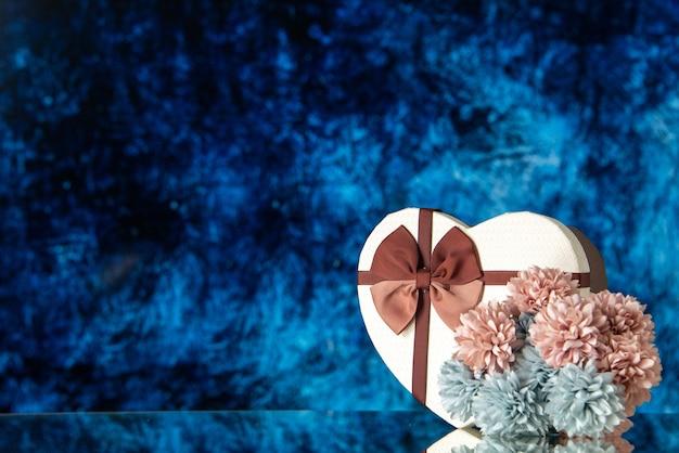 Vista frontale regalo di san valentino con fiori su sfondo blu colore amore sentimento famiglia bellezza cuore coppia