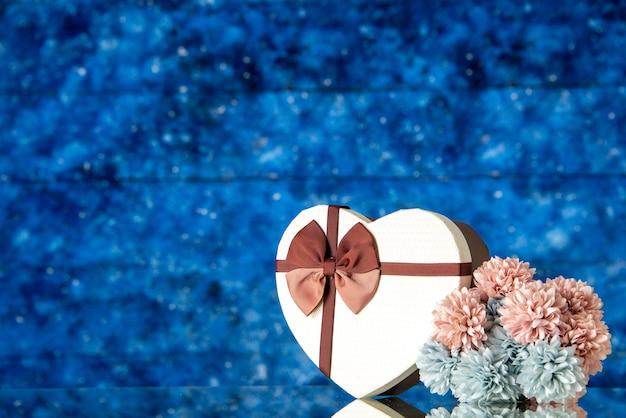 Vista frontale regalo di san valentino con fiori su sfondo blu amore matrimonio familiare sensazione bellezza amante del colore delle nuvole