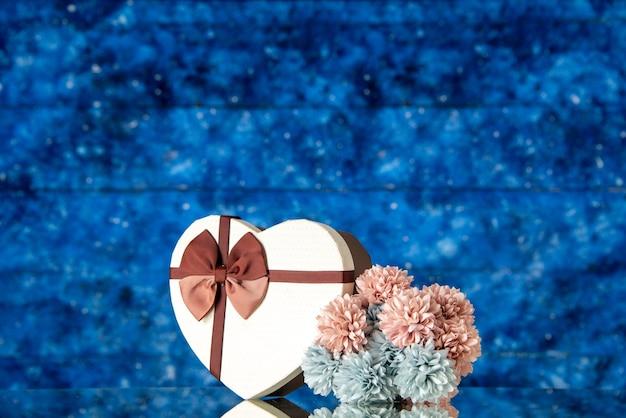 Vista frontale regalo di san valentino con fiori su sfondo blu amore famiglia matrimonio sensazione bellezza nuvola colori passione amante Foto Gratuite