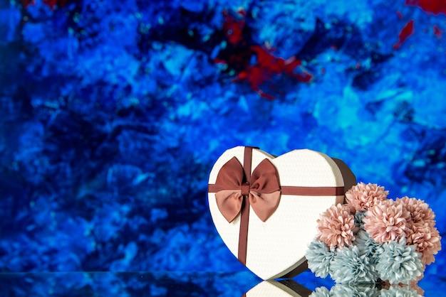 Vista frontale regalo di san valentino con fiori su sfondo blu passione amore famiglia sentimento bellezza nuvola colore amante matrimonio