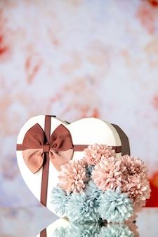 Vista frontale regalo di san valentino con fiori su uno sfondo chiaro coppia colore sentimento famiglia passione amore cuore matrimonio bellezza