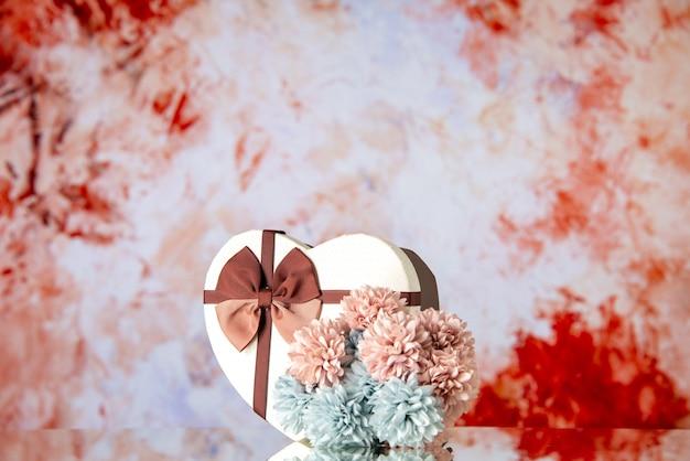 Vista frontale regalo di san valentino con fiori su sfondo chiaro coppia colori sensazione famiglia bellezza passione amore cuore matrimonio