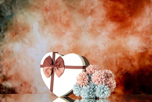 Vista frontale regalo di san valentino con fiori su sfondo chiaro matrimonio colore passione famiglia bellezza amore sentimento