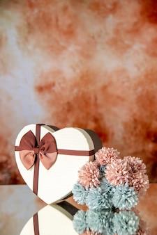 Vista frontale regalo di san valentino con fiori su sfondo chiaro matrimonio colore passione famiglia bellezza amore sentimenti