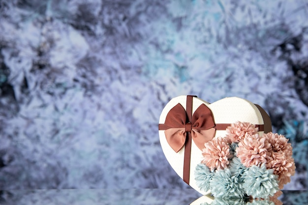 Vista frontale regalo di san valentino con fiori su sfondo chiaro matrimonio coppia sentimento famiglia passione amore bellezza colore spazio libero