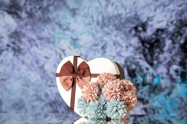 Vista frontale regalo di san valentino con fiori su sfondo chiaro matrimonio coppia sensazione famiglia passione amore bellezza colore