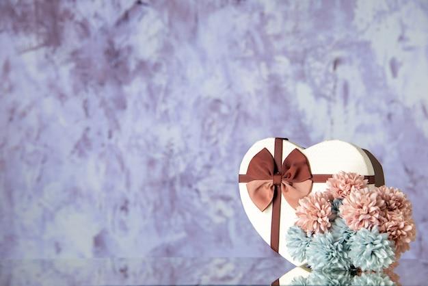 Vista frontale regalo di san valentino con fiori su sfondo chiaro matrimonio coppia sentimento amore bellezza colore famiglia passione spazio libero