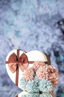 Vista frontale regalo di san valentino con fiori su sfondo chiaro matrimonio coppia sensazione passione amore bellezza colore famiglia
