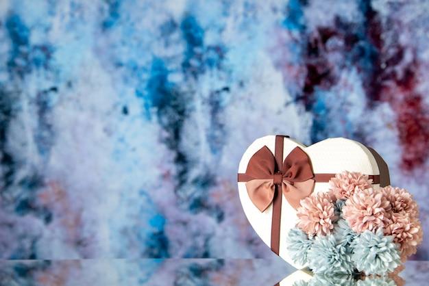 Vista frontale regalo di san valentino con fiori su sfondo azzurro colore sensazione famiglia bellezza cuore coppia passione amore